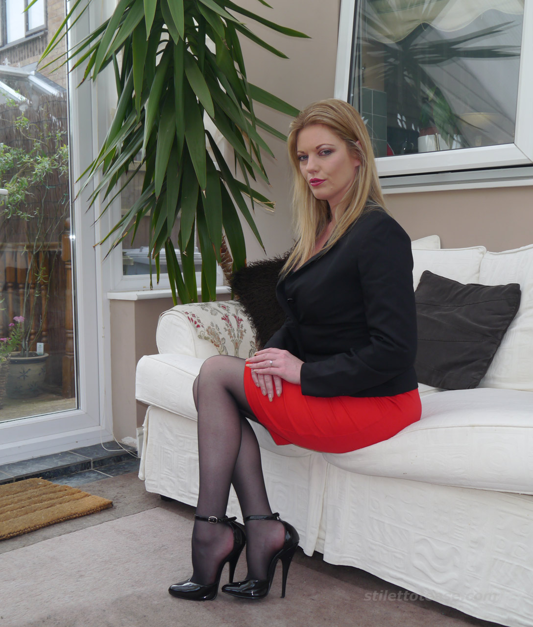Dr Holly specialises in sexual therapy and fetish ...